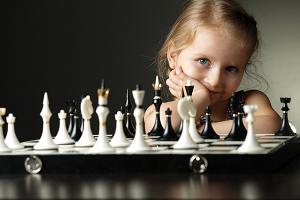 Mädchen mit Schachspiel