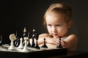 Mädchen beim Schachspiel -