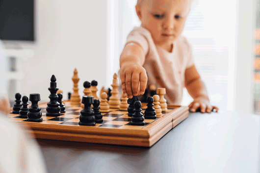Child playing chess, Kind das Schach spielt