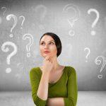nachdenkende Frau mit Fragezeichen