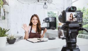 Influencerin trinkt Kaffee vor Espressoautomat
