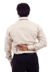 Cheater - Mann mit gekreuzten Fingern auf dem Rücken