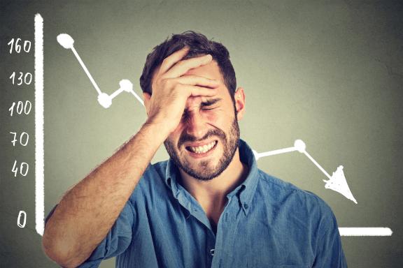 Unternehmer ärgert sich über Fehler und deswegen sinkende Umsätze